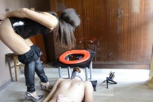 Mistress Anna shitting on the face of his slave